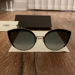 Sælger mine Fendi solbriller. Har været rigtig glad for dem, de er suuuper flotte! Der er ikke nogen synlige brugsspor. Der medfølger ægthedsbevis, pudseklud, etui og købskvittering. 🙌🏽 Skriv for billede med dem på. Modellen hedder FF 0290/S. De er guld og sort.