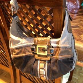 Joli sac GUESS original, petite usure du cuir voir photo 2 (d'où le prix très bas)