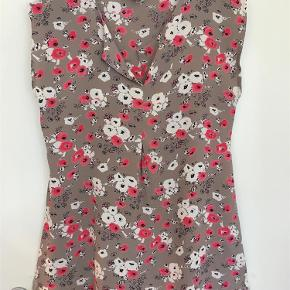 Varetype: Smuk Top Farve: Beige med blomster  Super flot ærmeløs Masai top i det smukkeste stof med lille V-udskæring i hals, som går over i et lille viddelæg foran. Så smuk. Brystvidde: 2 x 46 cm Længde midt bag: 69 cm 100% Viscose  Ved TSpay betales gebyret af køber og tillægges min salgspris. Gerne Mobile Pay. Jeg bytter ikke.
