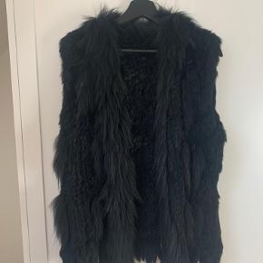 Virkelig lækker pels vest som jeg desværre ikke får brugt. God udover en læderjakke eller striktrøje   Nypris omkring 2200