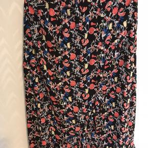 Smuk lang maxi nederdel m blomster. Perfekt til en chunky sweater