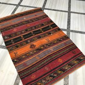 Kelimtæppe 80x131  Uld og håndvævet i Sivas provinsen i Tyrkiet i slut 60'erne  Tæppet er vendbart, så man kan bruge den side man synes er finest.