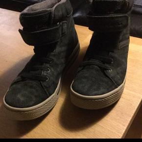 Sorte sneakers/støvler. Pæn stand - afhentes.
