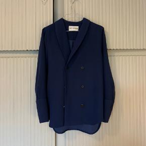 Smuk mørkeblå blazer fra Won Hundred. Brugt Max 5 gange!