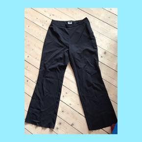 Fine højtaljede bukser fra weekday. Lynlås i siden - giver virkelig flot talje ;) De er klippede i bunden, så de passer en der er mellem 160-166 cm :):):) byd