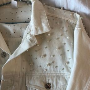 Hvid denim jakke med perler  Brugt 2 gange, har fået lidt misfarvning foran