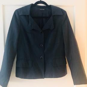 Fin jakke fra Kim Kara med fine detaljer bla halsudskæring med flere muligheder - 2 lommer + brystlommer str 40 - fine detaljer inderst tillige