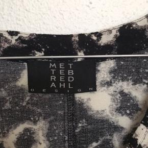 Lækker bluse skjorte  Lækker blød bluse fra den danske designer Mette Bredahl.   Passer str 36 og 38