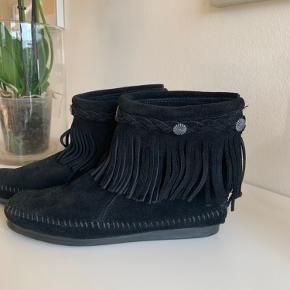 Super fine Minnetonka støvler /sko . Købt på Miinto, de er ægte ruskind og er kun prøvet på. Størrelse 37