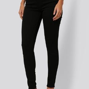 High Super Skinny Black levis jeans.   Brugt og vasket få gange.   Billeder af egne i kommentar.   Disse jeans fra Levi's har en smal pasform, en høj talje, et femlommedesign, en lynlås, en knaplukning og et højt strækstof. Materialer: 85% Cotton, 9% Polyester, 6% Elastane.   Str. 28 i talje. (jeg har målte dem til at være 78 cm. fra skridt til ankel).    - passes af en str. small og medium efter min vurdering hvis de skal sidde til og en str. xsmall hvis de skal sidde lidt løsere.   Jeg glæder mig til at handle med dig! ☺️  Tag også gerne et kig på mine andre annoncer. ☺️