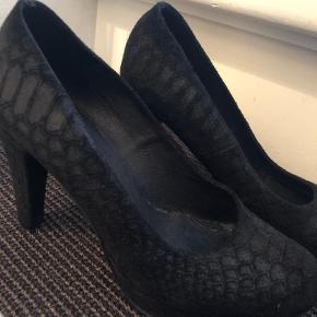 Mentor skind heels i sort med slangepræget mønster. Kun brugt få gange. Hælen måler ca. 9 cm.   Heels Farve: Sort Oprindelig købspris: 1199 kr.