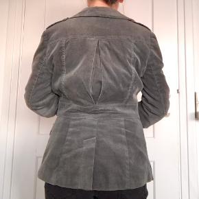 Habitjakke i velour. Kan bruges indenfor eller som overgangsjakke. Ærmerne har glat rødbrunt foer, mens foret i resten af jakken er fint grå-grønt mønster.
