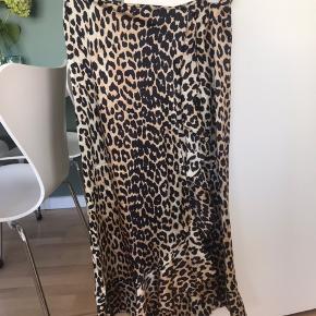 Super fin nederdel i 100% silke. Stadig i fin som ny stand 😊