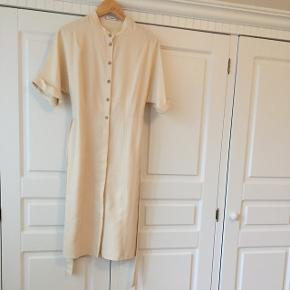 Vidunderlig beige kjole fra mango str. Xs. Small vil nok også kunne passe den. Den har knapper hele vejen ned. Halvdelen er skjult.  Hentes på Vesterbro i Aalborg eller sendes med dao på købers regning 34 kr.