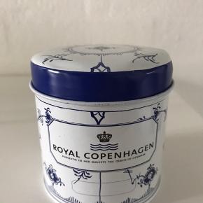 Royal Copenhagen metal dåse til te / tedåse. Den har nogle små buler i låget. D: 7,5 cm, H: 8 cm. Kan sendes for 39 kr.