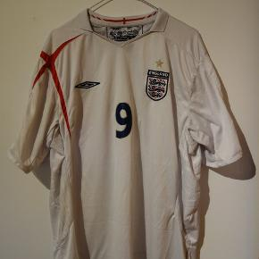 England trøje fra 2005 til 2007, med Wanye Rooney nr. 9.  Tags, fodboldtrøje, fodboldtrøjer, fodbold, Three Lions, umbro, Manchester united.   https://www.instagram.com/p/Bwo2NxxAL5x/?utm_source=ig_share_sheet&igshid=93g4l7hr5ykn
