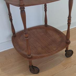 Gammelt barbord med originale hjul. Højde ca 54 cm brede og dybde er 43 cm. Bordet er passende patina.