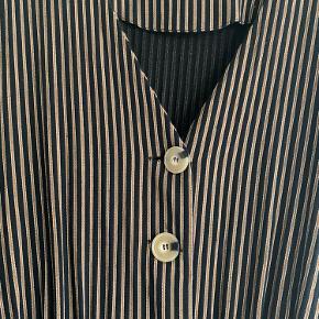 Sort, brun og beige striber. Flot og velsiddende buksedragt i lækker blød kvalitet.