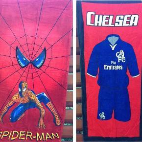 To flotte badehåndklæder med superhelten Spiderman og fodboldklubben Chelsea. De er fremstillet i et lækkert og tyndt bomuldsmateriale, som passer perfekt til en tur på stranden, derhjemme i badet eller i sportstasken til din næste træning.  Sælges samlet til kr. 40,-   Størrelse: 144 x 69 cm Materiale: 100% bomuld  Såfremt der er spørgsmål til ovenstående, er du velkommen til at skrive en besked.