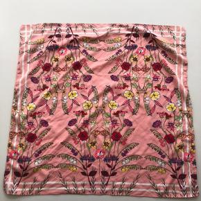 Tørklæde / bandana fra Zara. Perfekt som taske eller hår-accessory 💁🏼♀️