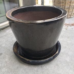 Solid lerkrukke til haven eller altanen. Ca. 30 cm høj og 30cm i diameter
