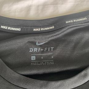 4 stk Nike Miler t-shirts Er kommet til at købe fire nye træningstoppe - men den forkerte model 🙈 Så nu er de til salg - da de var for dyre at returnere (købt i Tyskland) 1 stk 100 kr.  4 stk 300 kr.