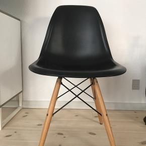 Sorte stole med egetræsben. Har 2 stk.  Den ene har lidt slidtegn på siden, men ikke noget der ses tydeligt.  Kom med et bud!