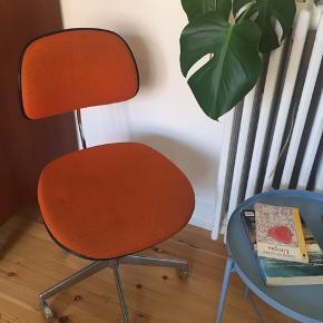 Fed retro kontorstol fra Labofa. Man sidder super på den og den kan nemt indstilles i højde og ryglæn. Befinder sig i Aarhus C. Skriv ved spørgsmål eller kom med et bud.