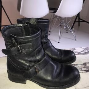 De populære støvler fra Billi Bi. Fået nye såler under hos skomageren.  To ubetydelige hakker i den ene snude - deraf prisen