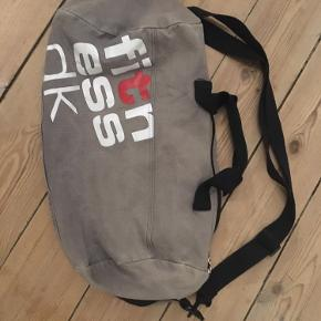 Fed retro fitness.dk sportstaske i grå lærred med håndtag og skulderrem. 40x25x25cm. Brugsslid men ellers fin stand. 50kr Kan hentes kbh v eller sendes for 40kr dao