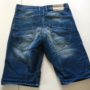 Varetype: Osaka Long Shorts Farve: Blå Oprindelig købspris: 600 kr.  Osaka Long Shorts i str. medium. De er kun brugt et par gange.  Livvidde 2 x 44 cm - målt uden at trække i dem.  Indvendig benlængde 32 cm.  Tråd ved skridt er gået op ca 2,5 cm, men der er ikke hul - kun en løs tråd - skal blot nævnes.  MP er kr. 300+porto