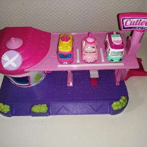 Shopkins garage og vaskehal. Bilerne til vaskehallen skifter farve når de bliver våde. Pris er pr stk. Ved køb af begge gir jeg porto