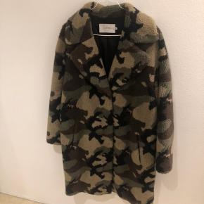 Sælger denne STAND frakke som er i super god stand, fejler intet. Str 36. Kontakt mig gerne for yderligt information eller flere billeder  Exlusiv Porto  Ny pris: 2.200 kr.