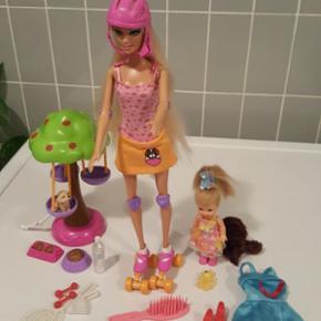 Barbie fait du roller Petit chien avec son manège  Petite soeur de Barbie Robe bleue Plusieurs accessoires  En bon état  A prendre sur place ou 7.- de plus pour frais d'envoi  Aucun paiement par Paypal