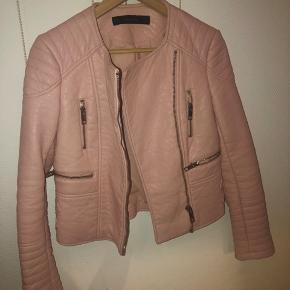 01c999e693e Imiteret skindjakke fra Zara, som er brugt få gange. Farven er rigtig flot  rosa