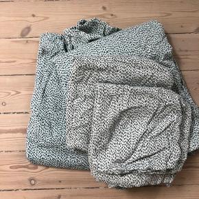 2 stk Voksen sengesæt i turkis pebbles print 140x200cm. Pudebetræk er vasket nogle flere gange end dynebetræk, så den turkise farve er lidt mere udvasket på dem.  Bytter ikke så lad venligst være med at spørge