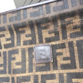 Fin fendi crossbody taske med monogram print Fejler intet