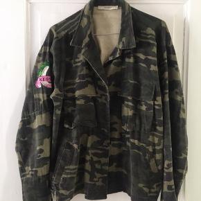 Militær jakke fra Gestuz med patch. Knappes på midten med lommer. Brugt men fin stand. Farven er lidt faded originalt. God overgangsjakke. Passer en str s-m.