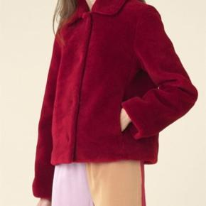 Ny Stine Goya faux fur jakke i mørkerød Stadig prismærke på.  Sælges til 1000  Np 2400