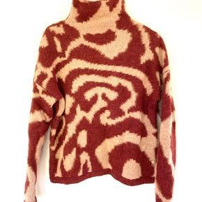 Super lækker sweater i uld. Størrelsen er S, men jeg er selv en M, og passer den fint.