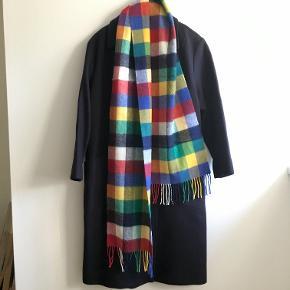 Halstørklæde i 100 % lambswool, pure new wool, made in Scotland, mærke: Glen Prince. Har kostet 399 kr. Original indpakning medfølger.   Bredde: 25 cm Længde: 92 cm ekskl. frynser  Plus porto.  Ønsker ikke at bytte til andre ting :-).