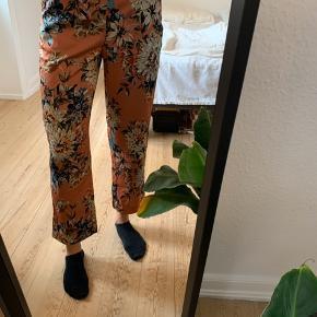 Bukser fra Zara i lækkert materiale. Kun brugt få gange og fremstår derfor som nye.  Elastik i taljen.