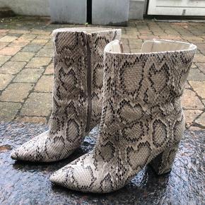 Cool nelly snake skin støvler. Få tegn på slid, skriv for flere billeder  Perfekt højde og hæl dejlige at gå i