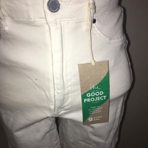 Hvide stramme shorts fra gina tricot. Helt nye med prismærke. Størrelse medium.