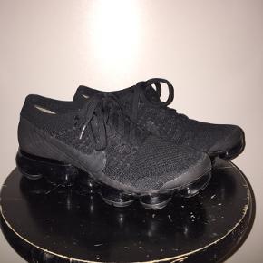 Nike Vapormax i str. 36,5! Super fine sko, som desværre var lidt for små til mig. Skoen er i rigtig fin stand og har ikke slidmærker osv. Der er en lille flaw ved snørebåndene, men ikke noget der gør noget eller kan ses. Skriv endelig for flere billeder! 😆 Alt handel er igennem Trendsales så det er sikkert for både køber og sælger heh ✨