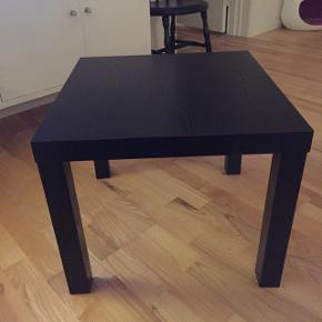 Sort bord, som nyt. H: 46 B: 55•55 cm. Prisen er 50 kr