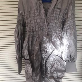 Rigtig flot sølv jakke fra Name it. Rigtig god stand.