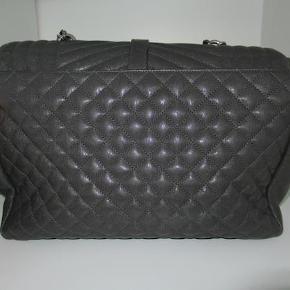 Varetype: håndtaske Størrelse: Large Prisen angivet er inklusiv forsendelse.  Smuk mørke grå Yves Saint Laurent taske i størrelse large. Limited edition, og produceres altså ikke mere. Tasken kan bruges som crossbody. Tasken er så god som ny.  Medgølger dustbag, kasse og authentic card Prisen er Fast