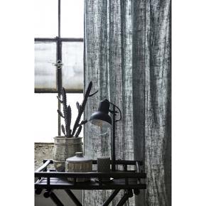 En lampe med lyse og bløde toner. Bordlampen måler L20xB16,5xH41 cm og har en ledningslængde på 1,9 meter.