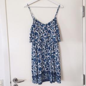 • Fin sommerkjole i blåt blomster-print 🦋 • Brugt et par gange, men i god stand • Passer en str. 38/M • Kan sendes eller afhentes nær Glostrup 💸